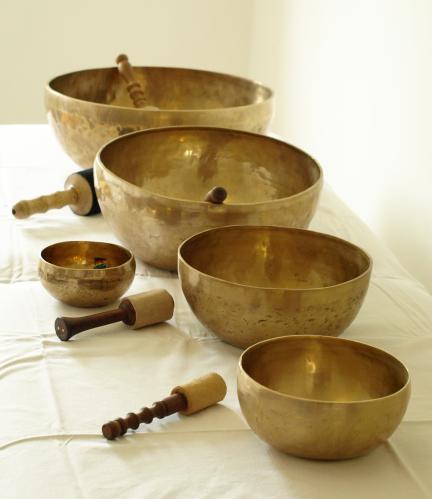 Klangschalen in fünf verschiedenen Größen